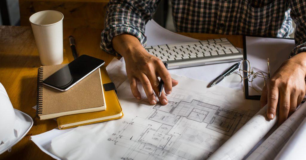 Mesa de Trabalho com Planta Baixa e Cadernos