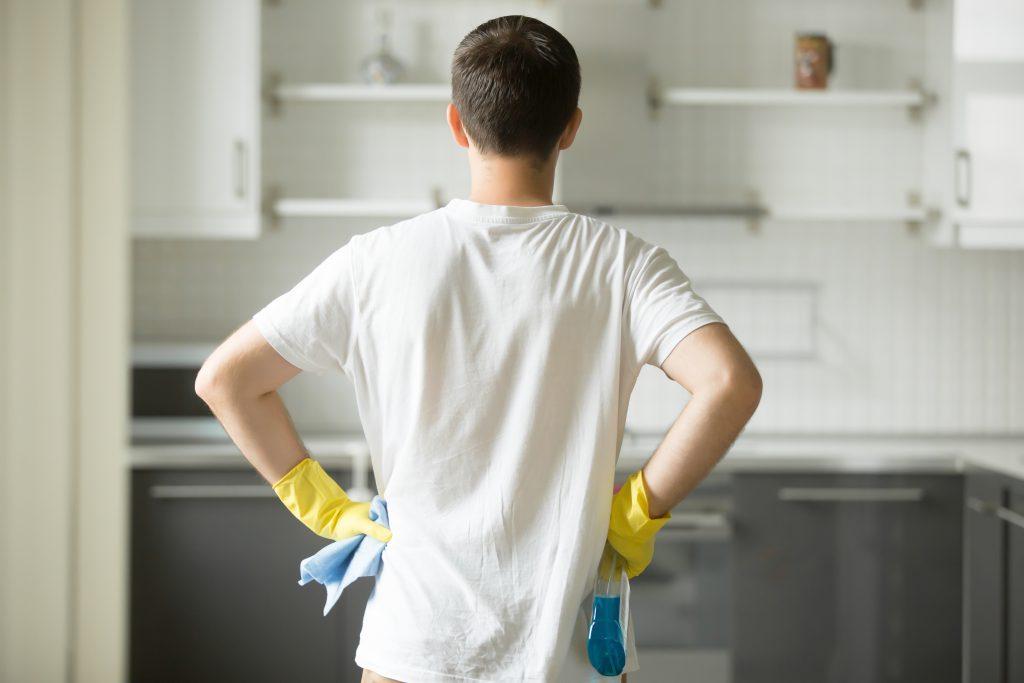 Homem de Costas Limpando Cozinha Planejada